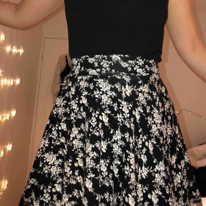 Super fin kjol från urban outfitters dock för liten :(   Köparen står för frakten. Kan också mötas upp i malmö :). Kjolar.