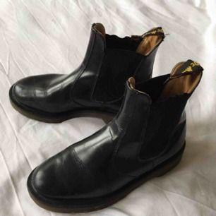 Svarta vintage Dr Martens Chelsea Boots i stl 37. Använda men i bra skick. Frakt 63 kr.