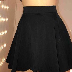 """Fin """"flowig"""" kjol i bomull, funkar till allt. Använd fåtal gånger!   Köparen står för frakten. Kan också mötas upp i malmö :)"""