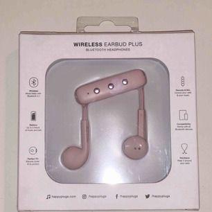 Säljer ett par oöppnade ljusrosa trådlösa hörlurar från Happy Plugs! Köpta för 599kr på Åhléns i höstas men säljer för 300kr inklusive frakt! Hörlurarna passar som EarPods/AirPods gör. Har ingen användning för dem då jag har ett par likadana i svart.