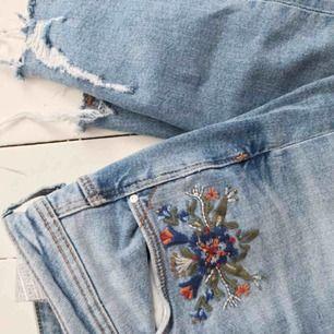 Jeans med brodyr och slitningar även stretch, riktigt snygga till våren. Från Zara strl 36, kan mötas i Örebro annars frakt🌞