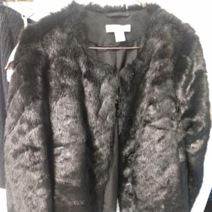 Svart faux fur strl 36
