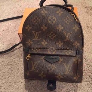 En Louis vitton väska (fake) köpte för 900kr och har aldrig använd då det var ett inpuls köp tyvär det är en AAA+kopia möts upp eller fraktar står ej för slarv av postsnur
