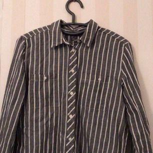 Jättefin gråvitrandig skjorta, köpt förra året men knappt använd. Köparen står för frakten!