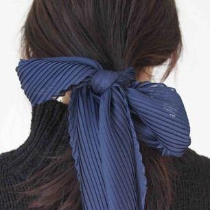 Så fin marinblå sjal som man kan använda på flera sätt!