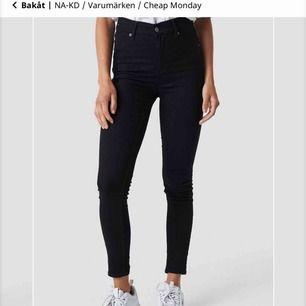 Svarta Cheap Monday High Spray jeans.   Använda några gånger. Storlek 28/29 motsvarar en S/M  Nytt pris: 399 kr  Fri frakt