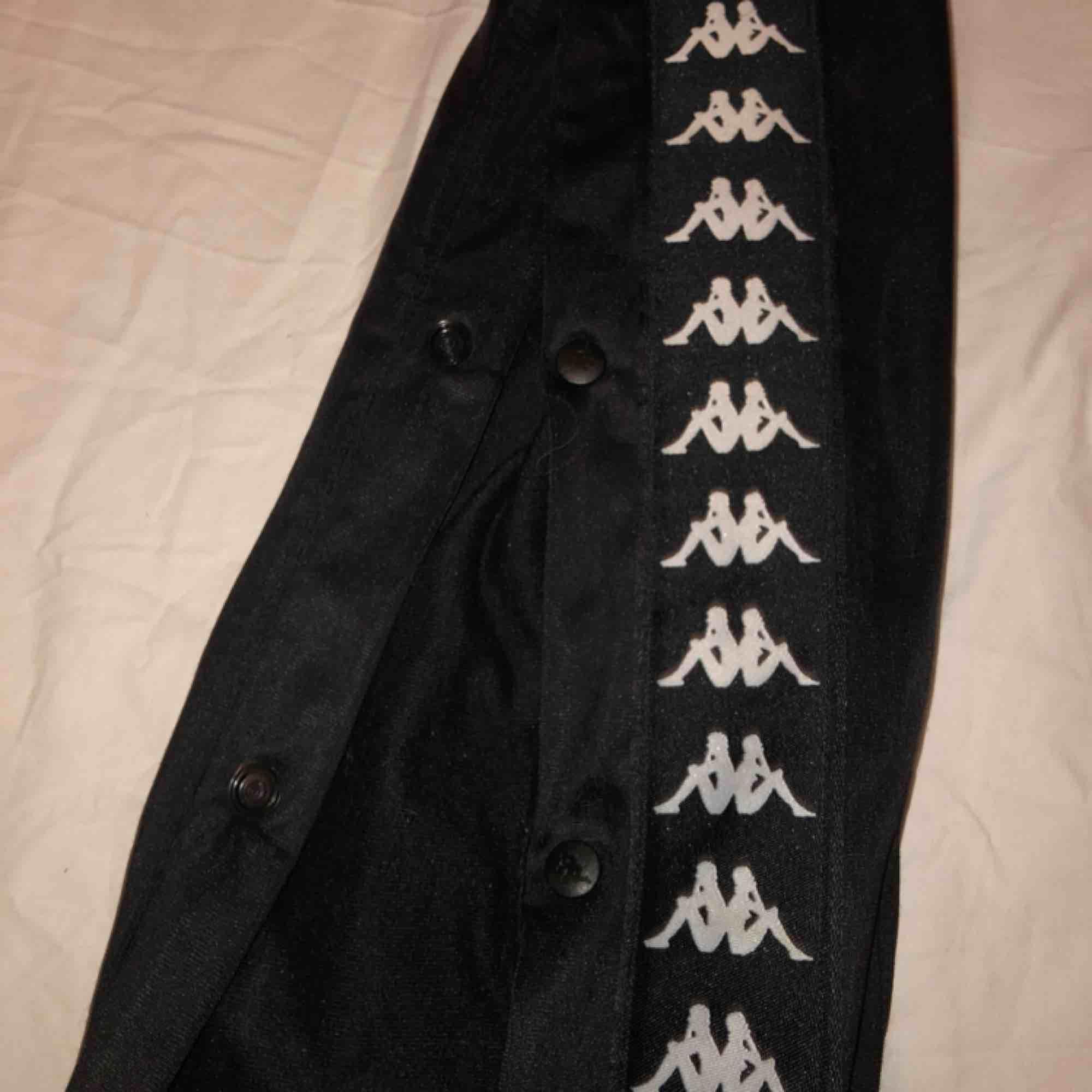 snyggaste kappa byxorna!, modell Astoria🔥 knappar längst sidan, dm för fler bilder köpta på junk yard🛒 frakten ingår i priset💌 spårbar frakt❤️. Jeans & Byxor.