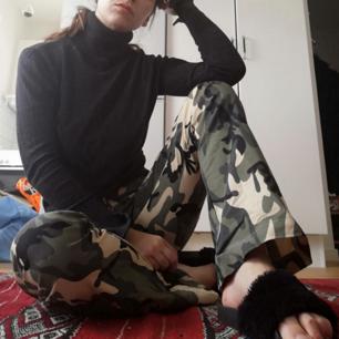 Camoflauge-färgade 90-tals byxor i stl XS. Knäppa med dragkedja och har utsvängda ben. Jag på bilden är 169 cm, byxorna är lite långa på mig men blir perfekta med platåskor! Frakt 55 kr.