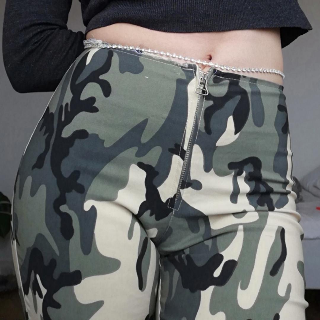 Camoflauge-färgade 90-tals byxor i stl XS. Knäpps med dragkedja och har utsvängda ben. Jag på bilden är 169 cm, byxorna är lite långa på mig men blir perfekta med platåskor! Frakt 59 kr.. Jeans & Byxor.
