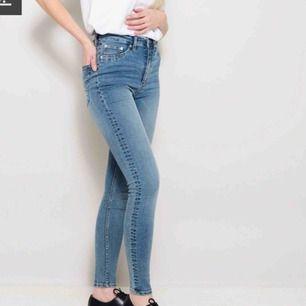 Jättesköna high waisted jeans från lager 157. Nypris 200 kr, säljer för 70 + lite frakt. Använda 1/2 gånger pga lite förstora.