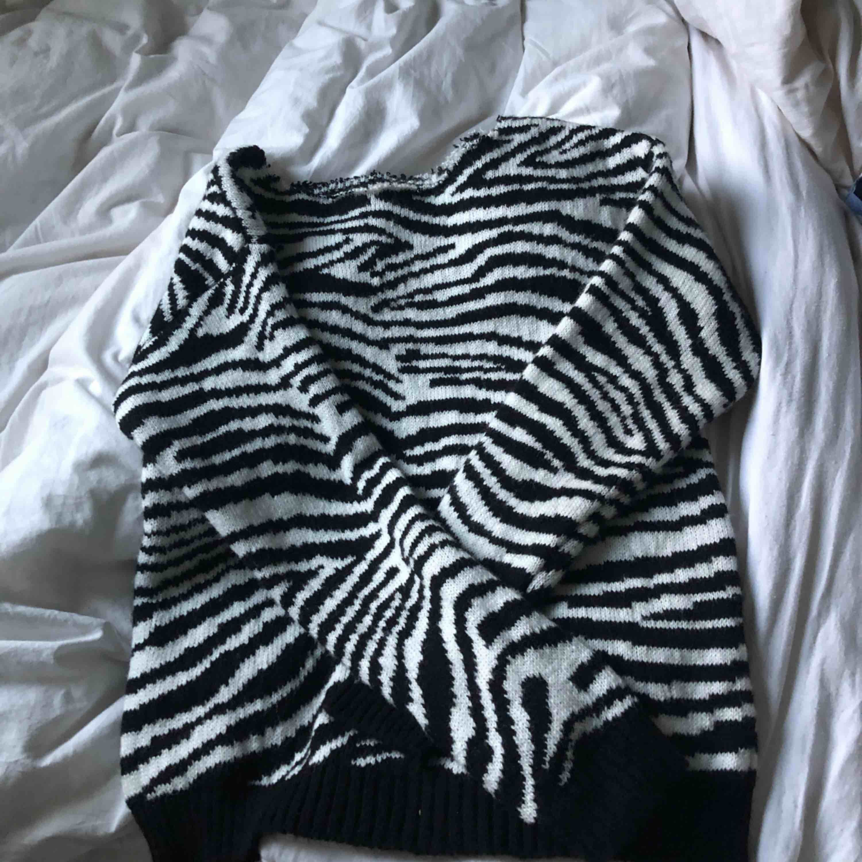 Stickad zebra tröja från primemark. Ser avklippt ut där uppe typ.. Blusar.