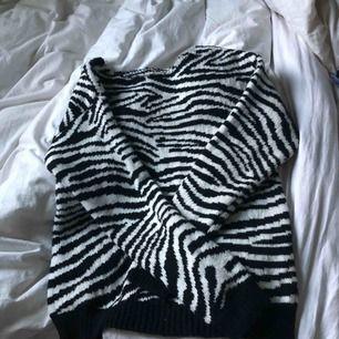 Stickad zebra tröja från primemark. Ser avklippt ut där uppe typ.