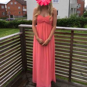 Säljer nu min superfina klänning, använd vid 1 tillfälle! Kanske någon som ska dansa bal?