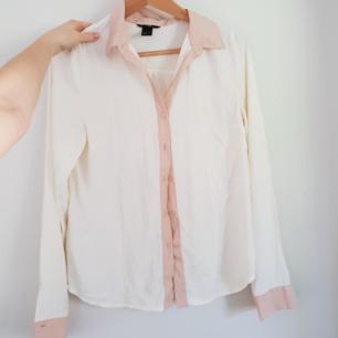 Skjorta i fint material, vaniljvit med rosa detaljer!