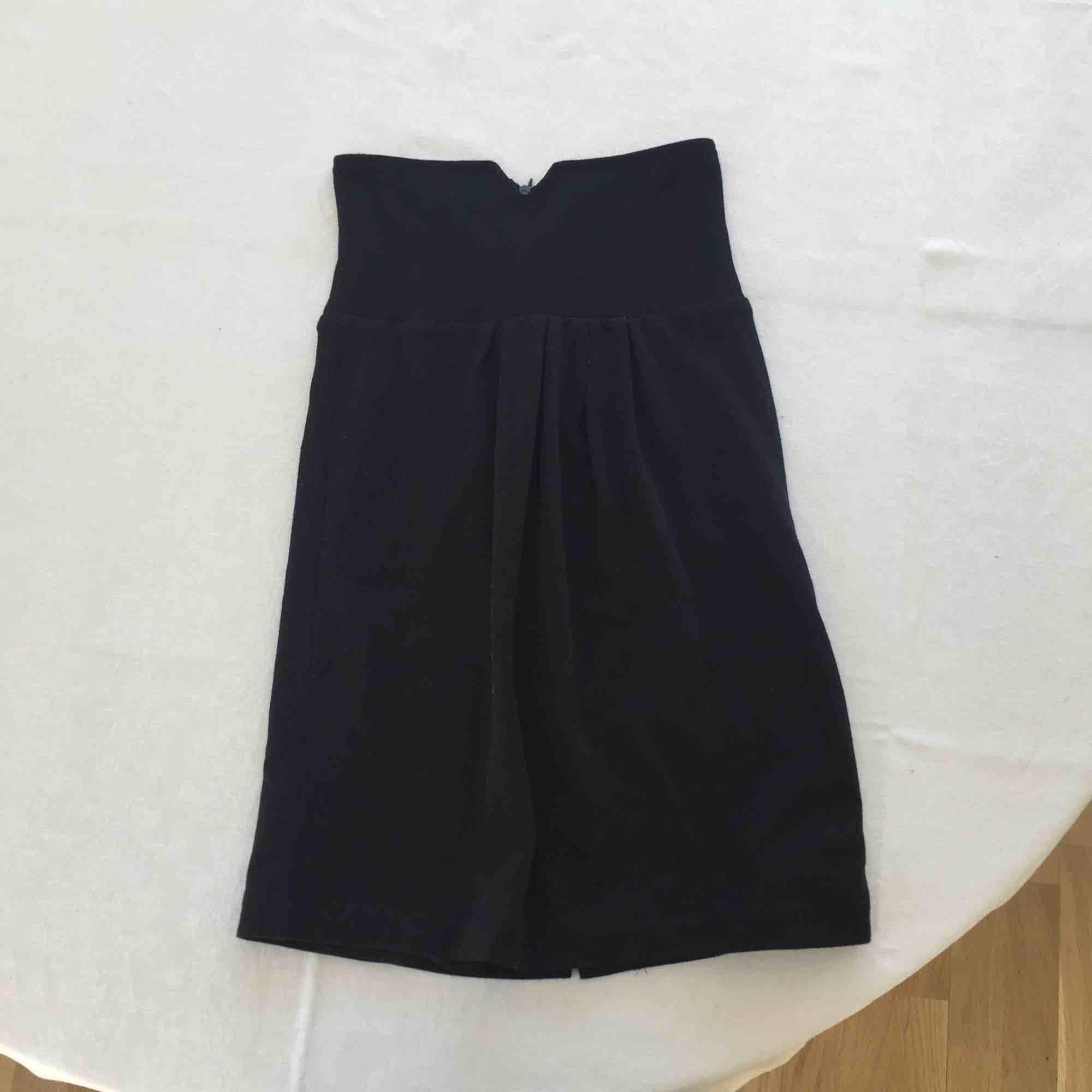 Snygg svart kjol med hög midja från Vila. Knappt använd.. Kjolar.