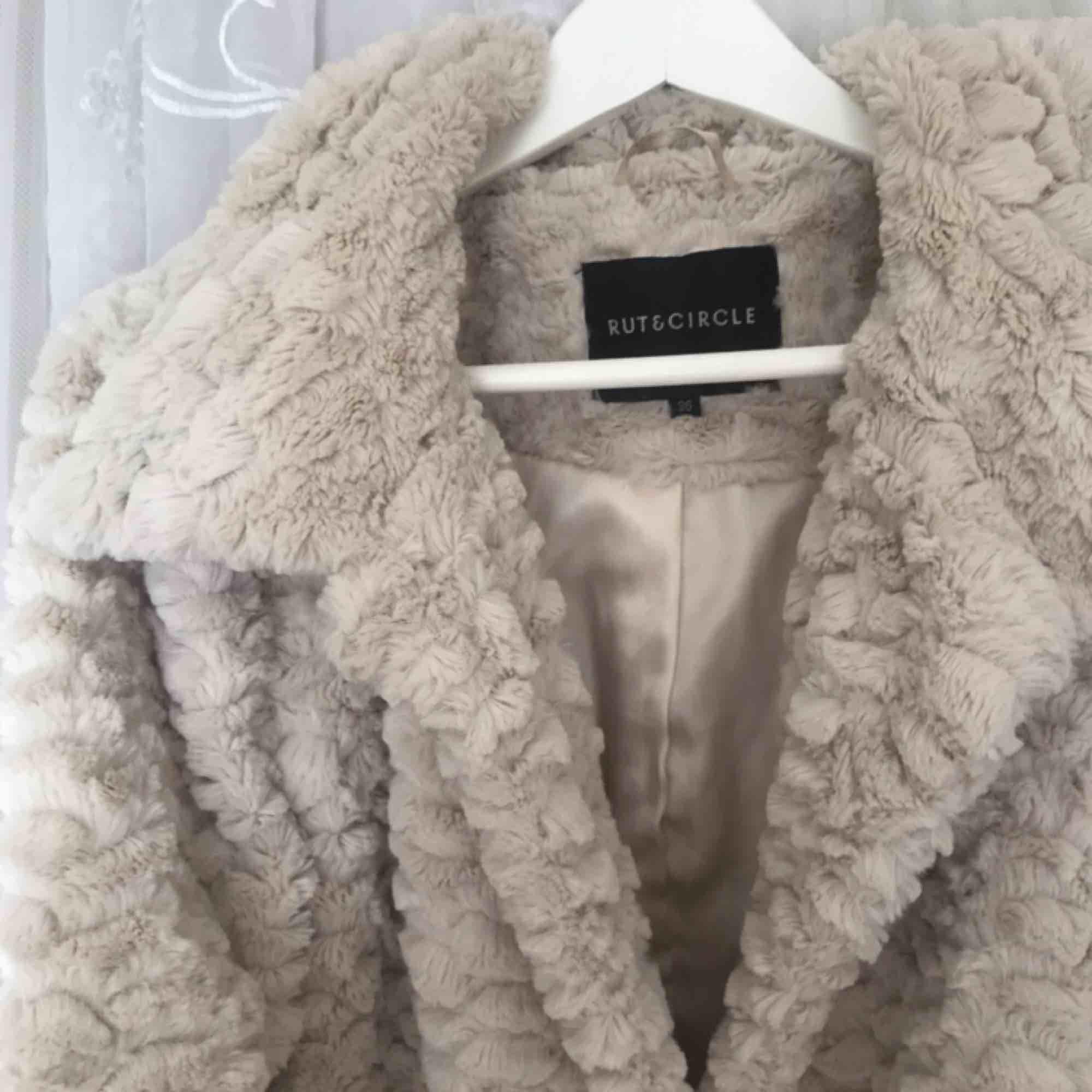Jättefin jacka från Rut&Cirkle. Köpt på NAKD.com. Frakt tillkommer på ca 70 kr. Priset går att diskuteras vid snabb affär 💖. Jackor.