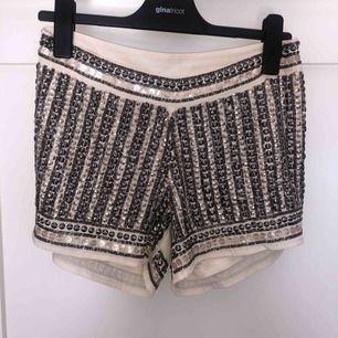 Snygga korta shorts från Vila. Du står för frakt ca 32kr❤️