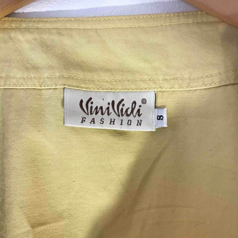 Skit cool tröja/skjorta från vinivici i storlek S. Inte använd många gånger så den är i bra skick. Köparen står för frakten:). Skjortor.