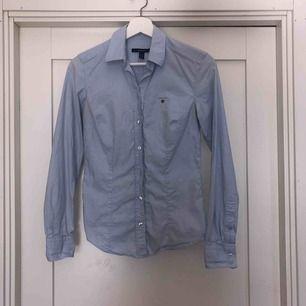 Snygg blå skjorta från Gant. Knappt använd. Du står för frakt ca 32kr😍