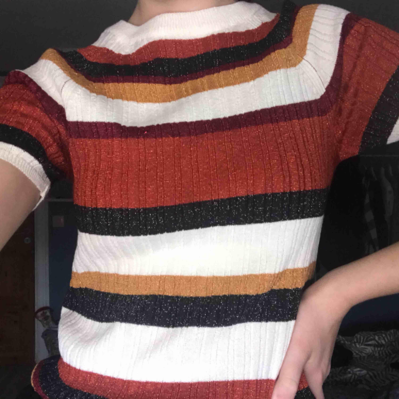 Randig och glittrig tröja från H&M. Använd 1 gång! . T-shirts.