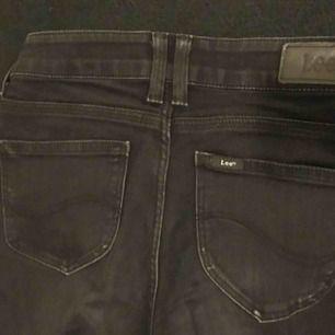 Svarta bootcut jeans från Lee! Stretchiga och bra passform i storlek 26. Säljs pga att jag har två likadana par.  Kontakt: 0732500530(nås på sms) Teamarkholm@gmail.com  Köparen står för frakten!