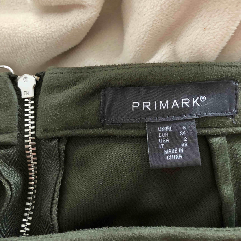 Grön kjol med ring detalj som dragkedja från Primark. Storlek 34/XS. Köparen står för frakt som vanligt! . Kjolar.