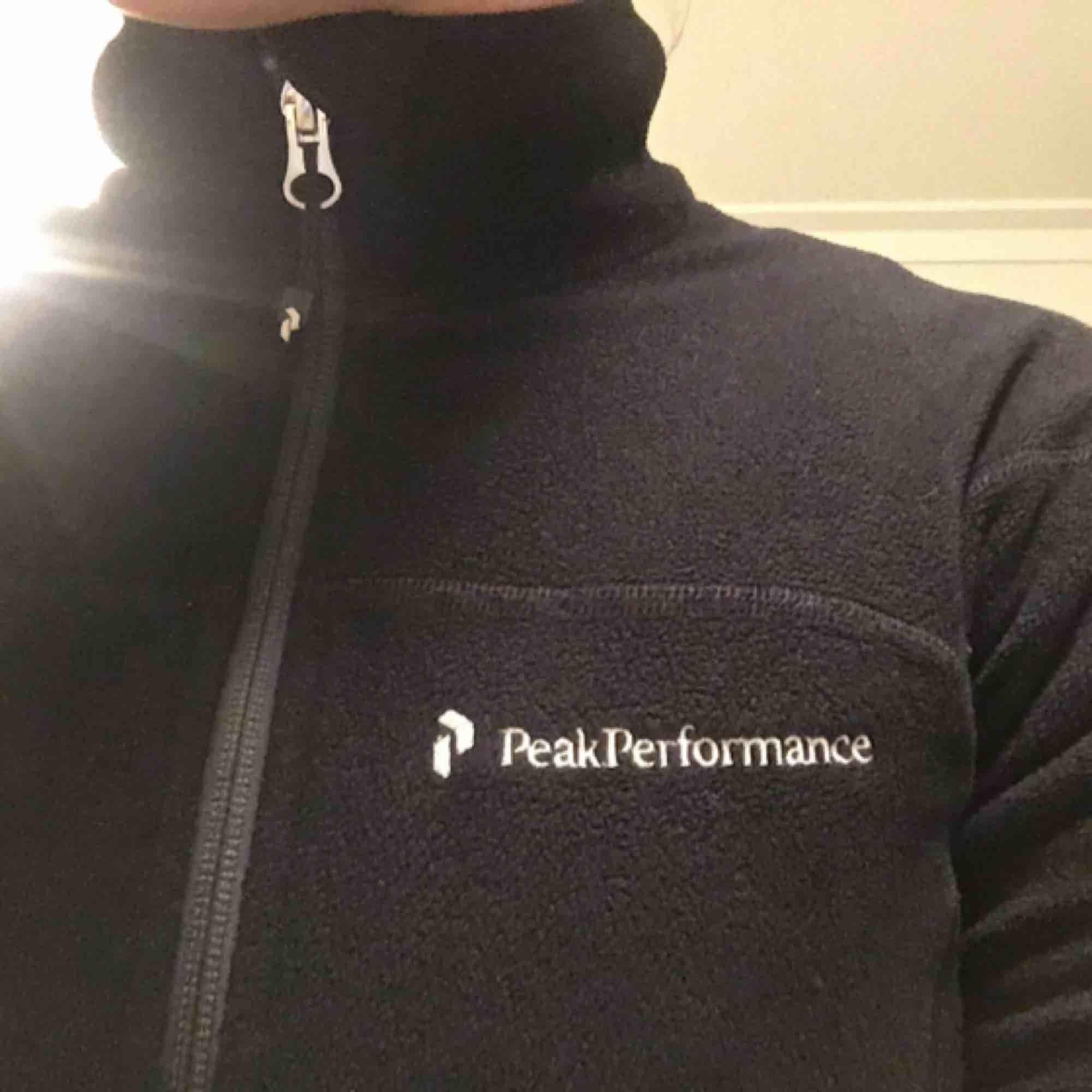 Svart figursydd fleece från peak performance i storlek XS. Den är i bra skick och säljs p.g.a att jag växt ur den.  Kontakt: 0732500530 Teamarkholm@gmail.com. Huvtröjor & Träningströjor.