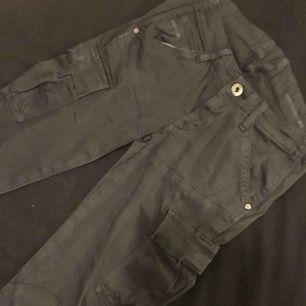 Mörkgråa jeans från g-star. Byxorna har fickor på sidorna och är i storlek 24!  Kontakt: 0732500530(nås på sms) Teamarkholm@gmail.com  Köparen står för frakten!