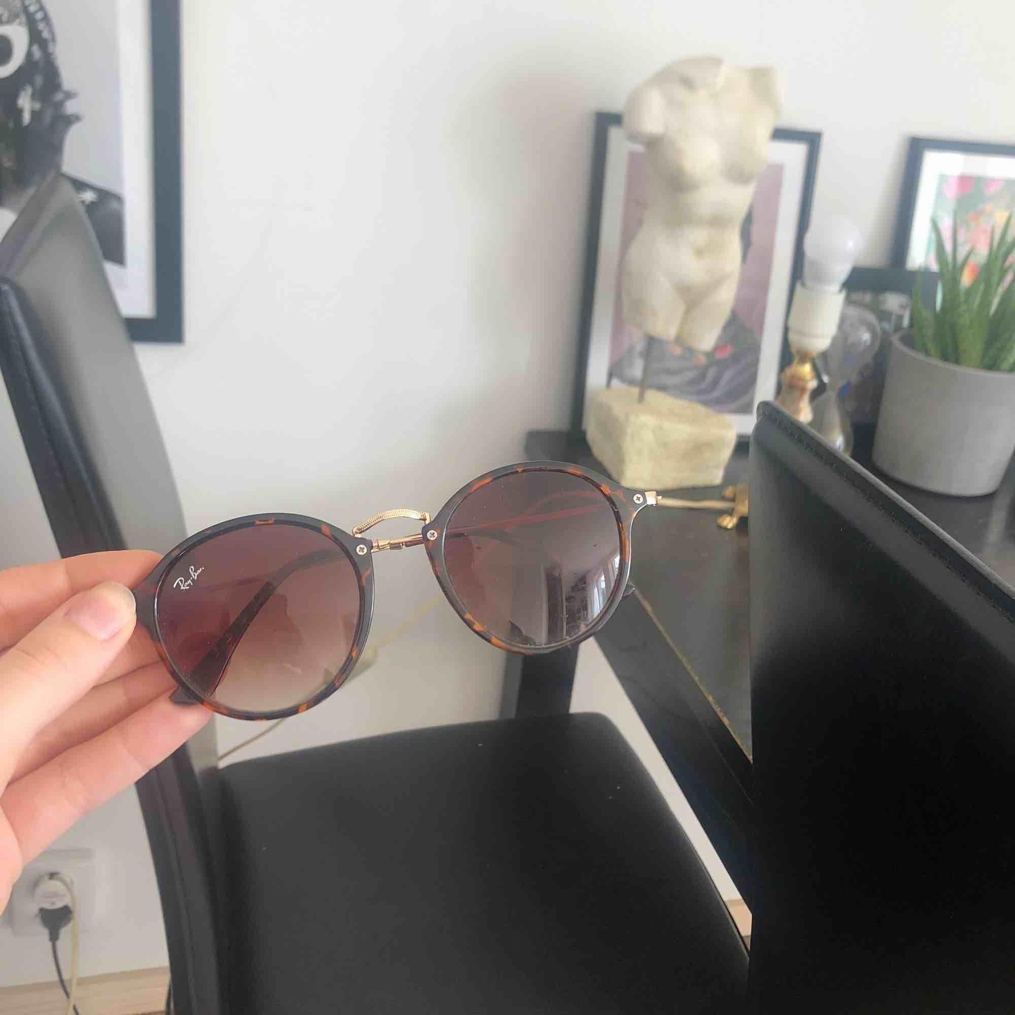 80 kr inkl frakt, supersnygga solglasögon! Ej äkta rayban. Accessoarer.