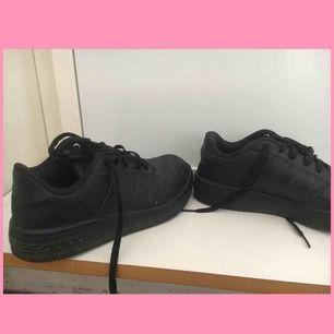 Väl använda svarta adidas skor / sneakers🌸 Möts upp inom stockholm, fraktar ej