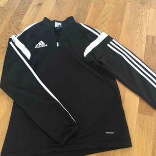 en Adidas hoodie i storlek S, finns att hämta i Norrköping kan även posta den då står köparen för frakten
