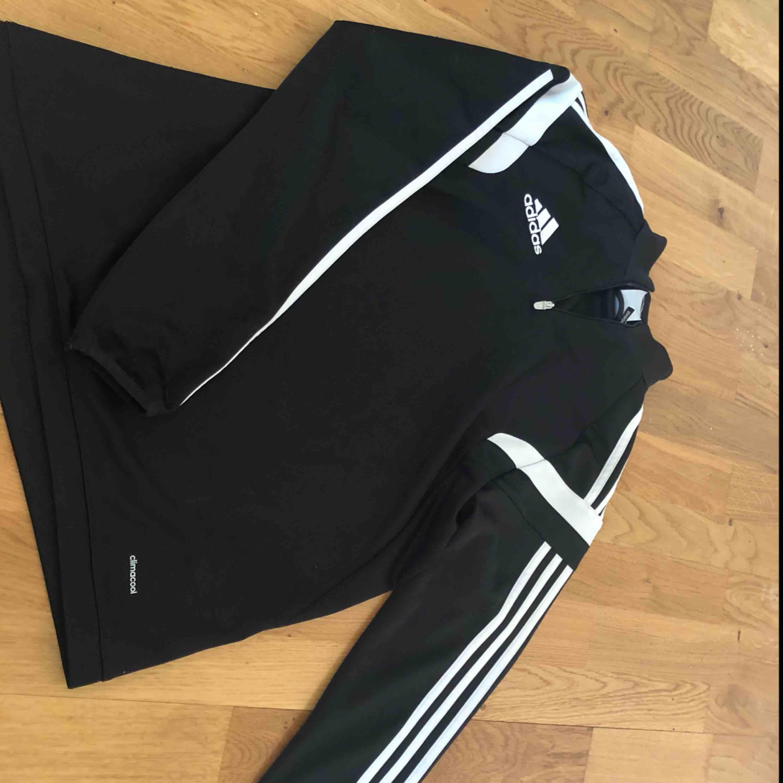en Adidas hoodie i storlek S, finns att hämta i Norrköping kan även posta den då står köparen för frakten. Huvtröjor & Träningströjor.