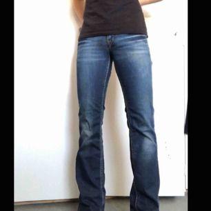Skitsnygga utsvängda bootcut jeans som är för långa o smala för mig tyvärr. Waist 28 enligt lapp.    Mätta mått: Innerbenslängd (cm): 84 Midjemått (cm): 76 Gren till midjeslut fram och bak (cm): 18 och 30  Skickar, köparen står för frakt. Har swish.