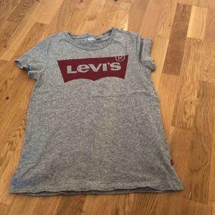 Levis tröja fick i julklapp aldrig använd, finns att hämta i Norrköping kan även skicka på posten då köparen står för frakten