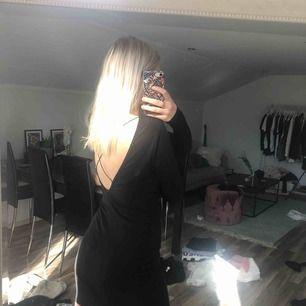Superfin klänning med öppen rygg! 30 kr frakr