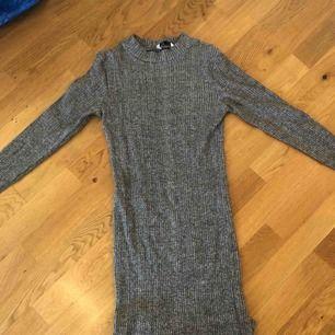 jättefin grå tajt klänning, från cubus nypris 250kr, sitter jättebra på, finns att hämta i norrköping annars står köparen för frakten