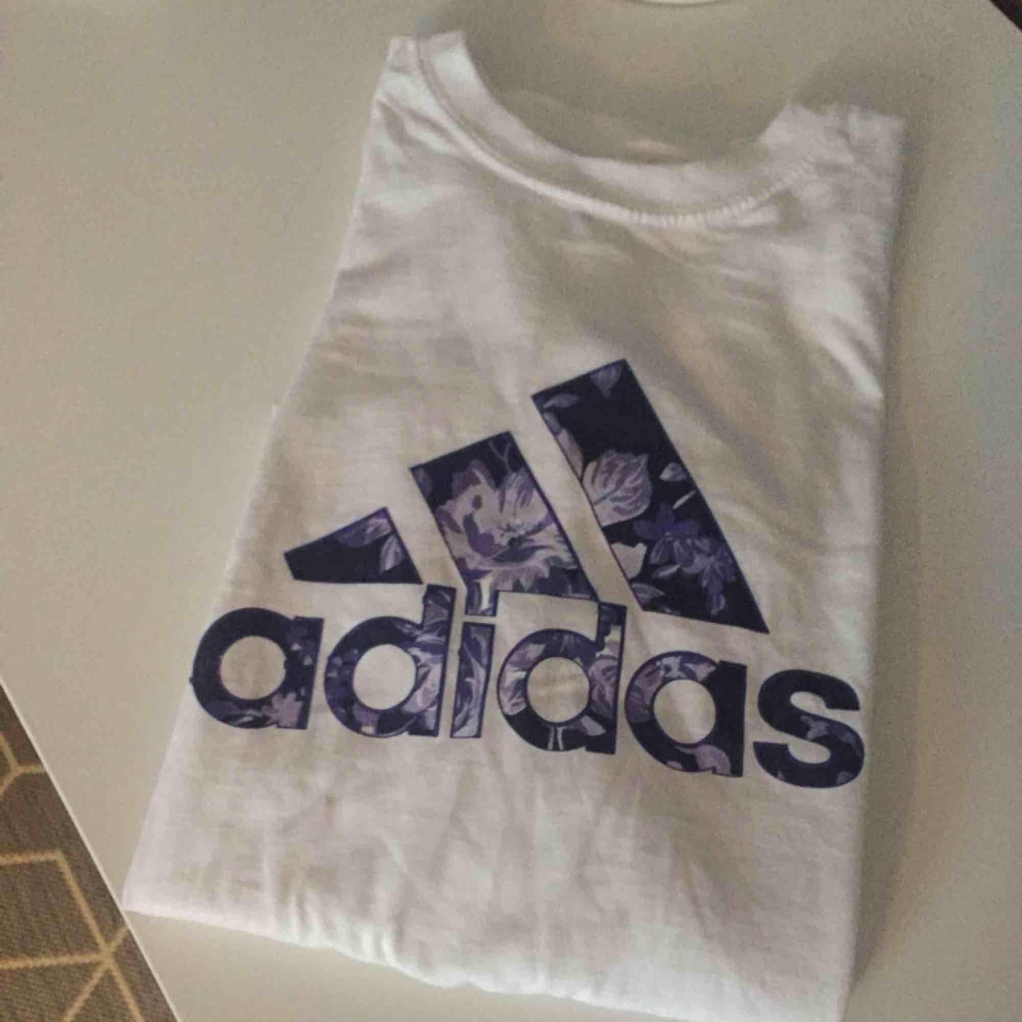 Adidas T-Shirt, frakt 9:-. T-shirts.