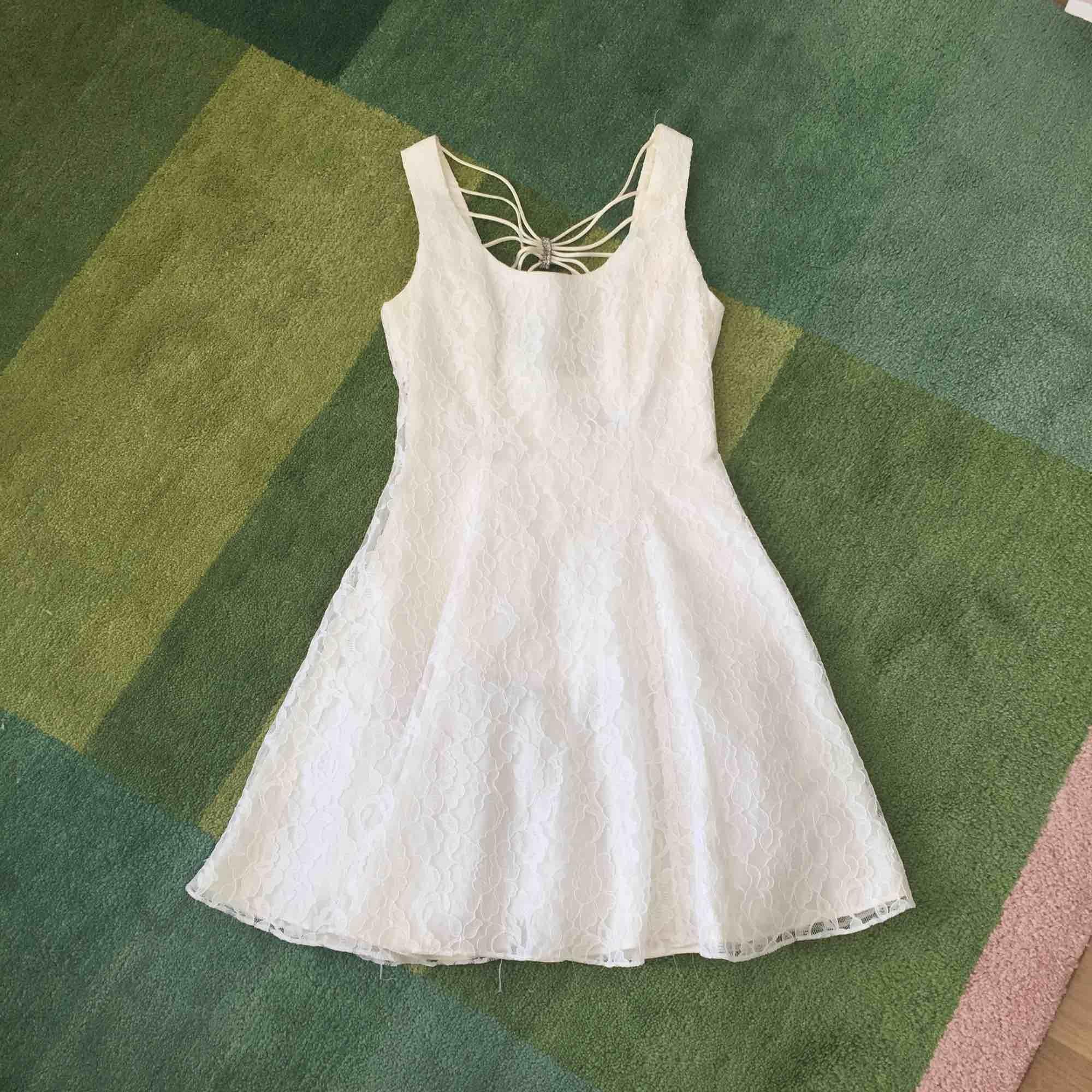 f96737417b3f Vit spetsklänning från Beyond Retro med vacker rygg och underkjol med tyll. Liten  skada i ...