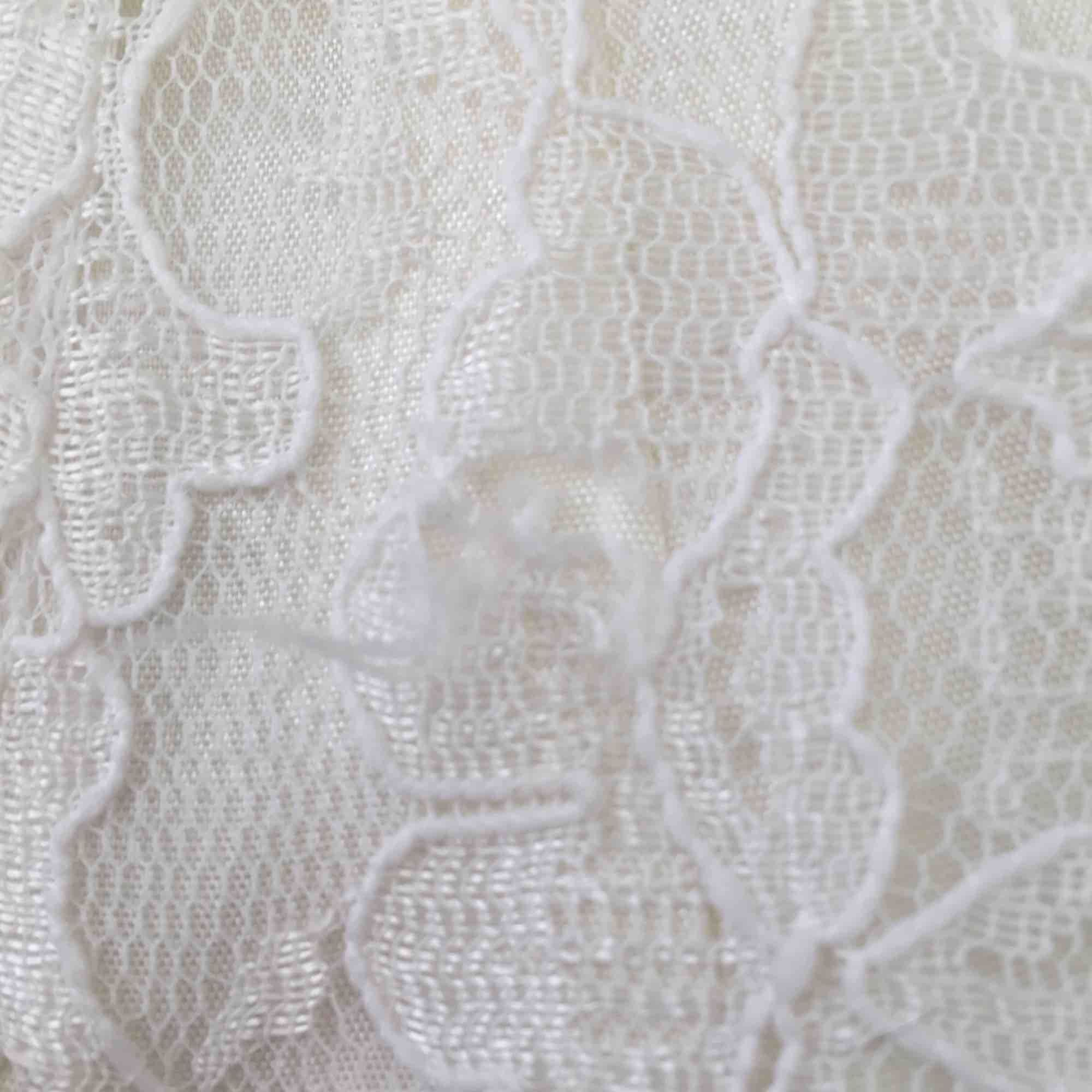 0d6216eab8a0 Liten skada i Vit spetsklänning från Beyond Retro med vacker rygg och  underkjol med tyll. Liten skada i