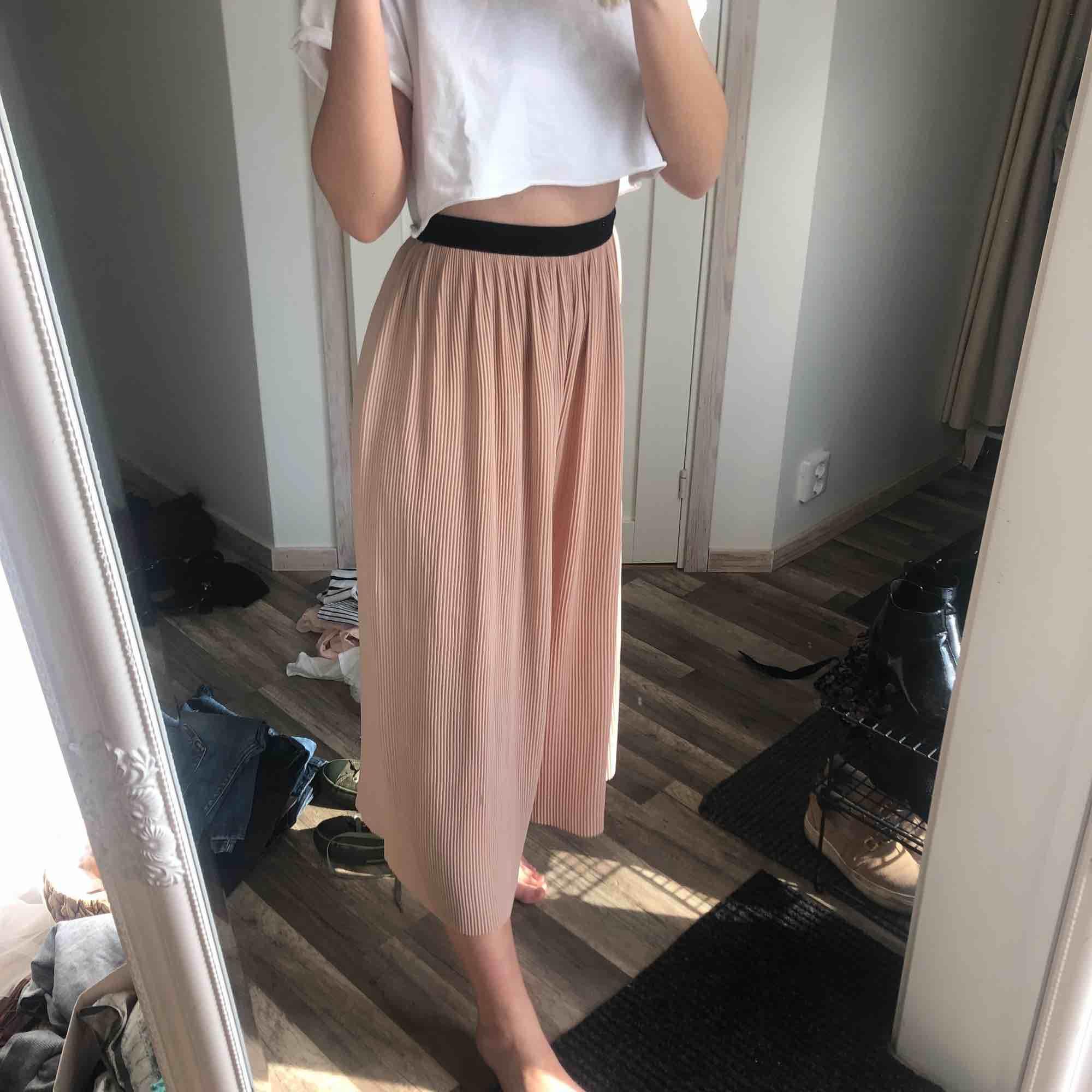 Byxor (ser ut som en kjol), använd 2 gånger! 20 kr frakt 🌞. Jeans & Byxor.