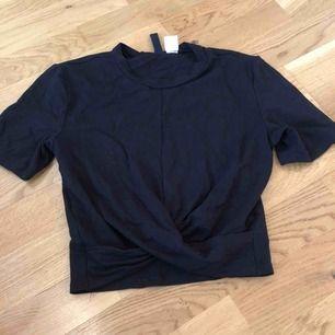tröja från HM, snurrad ner till, går ungefär till naveln, nypris 250kr, finns att hämta i norrköping annars står köparen för frakten