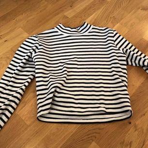 en tröja från bik bok med en liten krage, storlek M mer som än S, finns att hämta i norrköping annars står köparen för frakten