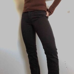 Knappt använda Levi jeans. Regular waist, helsvarta, inte alls urtvättade, slim med lite stretch. Innerbenslängd (cm): 76 Midjemått (cm): 70