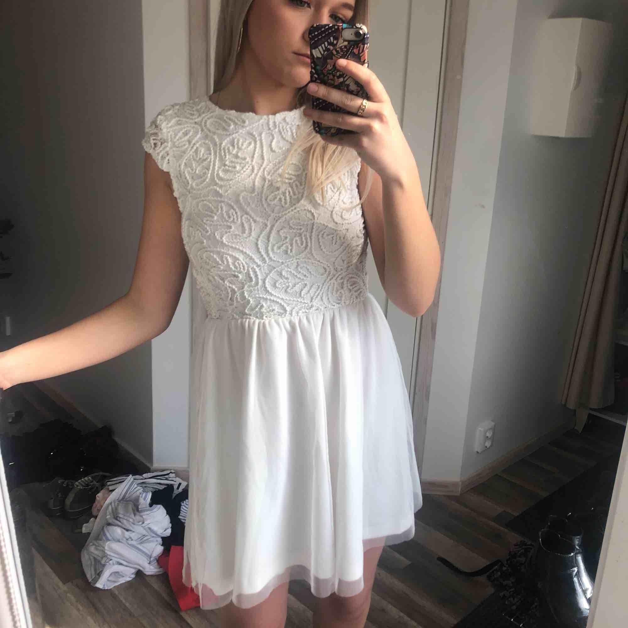 Jättevacker vit klänning från bubbleroom! Perfekt som studentklänning 🌞 30 kr frakt. Klänningar.