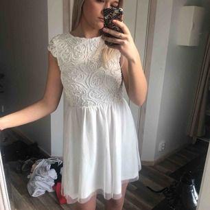 Jättevacker vit klänning från bubbleroom! Perfekt som studentklänning 🌞 30 kr frakt
