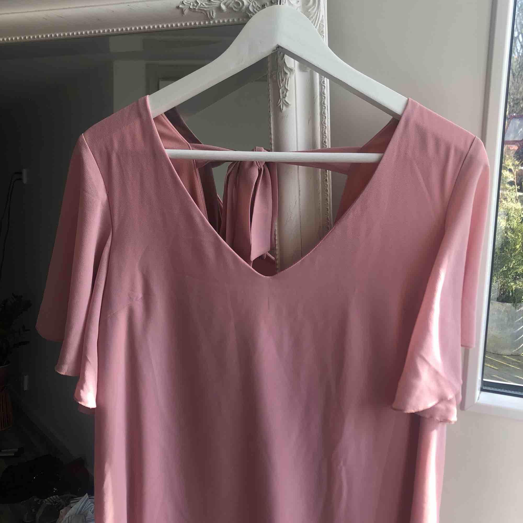 Superfin klänning som skulle sitta så mycket finare på dig, då jag inte passar i puderrosa/gammelrosa! 🌞 20 kr frakt. Klänningar.