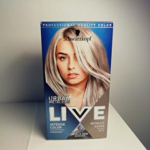 Silver hår färg, ger för fri. Testat på en bit hår, men det funkade inte som jag ville.