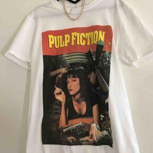 Superfin Pulp fiction tröja från Pretty little thing. Helt ny och aldrig använd. Storlek M/S