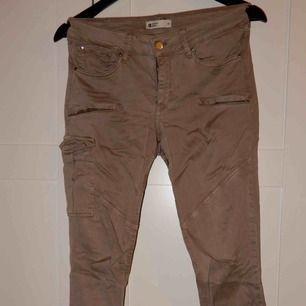 Beige bruna byxor, tighta cargobyxor nästan ! Bara att fråga om du vill ha bild hur de ser ut på !