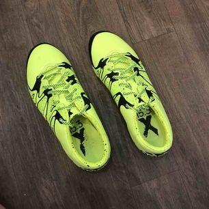 Adidas X 15.3 FG/AG Fotbollsskor för naturgräs (vanligt gräs).  Nypris: ca 1700kr men säljer de endast för 1150kr då jag använt skorna 2 gånger. Väldigt bra skick, säljes pga fel storlek. Kan mötas upp , annars kan jag frakta (frakt ingår i priset).